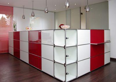 usm-haller-empfangstheke-praxis-rot-weiß