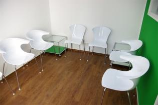 Wartezimmer mit Stühlen