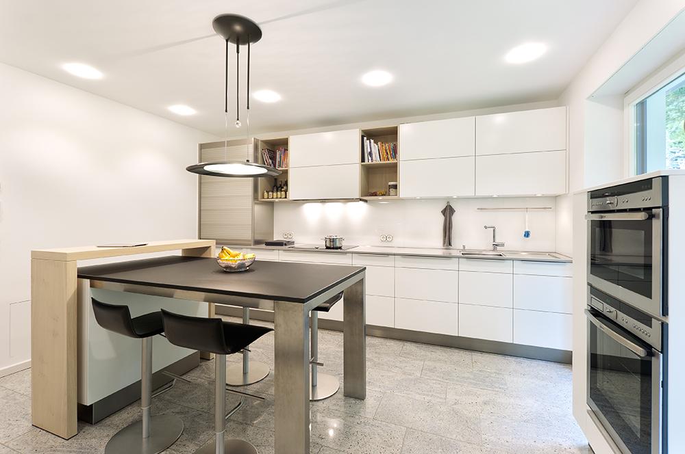 k che mit blick ins gr ne bei molitors 39 d sseldorf. Black Bedroom Furniture Sets. Home Design Ideas