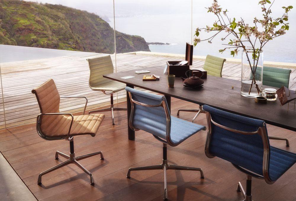 Vitra - Aluminium Chair - EA 104 - 74 dunkelblau elfenbein - indoor